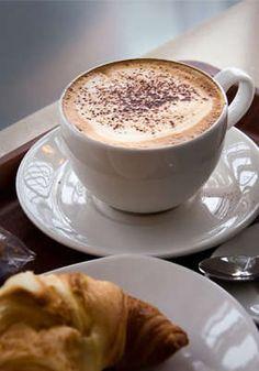 colazione italiana cappuccino cornetto / włoskie śniadanie czyli cornetto i kawa