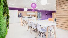 OFICINAS MONDELEZ, Madrid 2015. Área central de reuniones informales y coffee area, con elementos de carpintería a medida como los phonebooth, muros vegetales y muebles café/reciclaje. Un verdadero pulmón de descanso de la enorme planta de trabajo. #officedesign