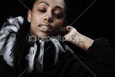 aantrekkelijke Afro-Amerikaanse schoonheid in een zwart-wit theatrale jabot. Close-up — Stockfoto © innervision #3881648