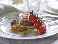 Seebarsch mit Cocktailtomaten ist ein Rezept mit frischen Zutaten aus der Kategorie Fruchtgemüse. Probieren Sie dieses und weitere Rezepte von EAT SMARTER!