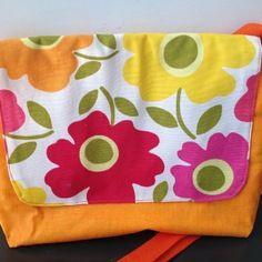 Petite sac à main besace en bandoulière en coton enduit doublé d'un tissu blanc à grosse fleurs