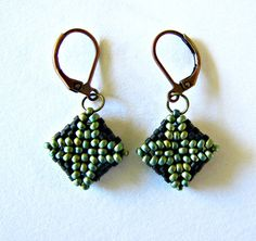 Boucles d'oreilles carré peyote 3D en perles miyuki vert irisé et noir