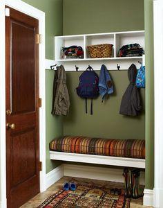Прекрасная идея для маленькой молодежной прихожей. Полка для шляп-шарфов из ИКЕА, скамеечка и место для обуви сделаны из подручных средств. Прекрасно подобран цвет стен, в сочетании с белыми плинтусапи и полкой получается очень нарядно и мило!