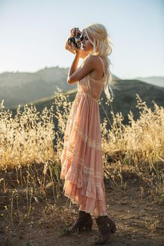 pale pastel pink tiered sleeveless maxi dress boho clothing with frills and lace details on blonde girl with brown ankle boots holding a camera Style Hippie Chic, Gypsy Style, Bohemian Style, Boho Chic, Vintage Outfits, Boho Outfits, Vintage Fashion, Fashion Outfits, Fashion Clothes