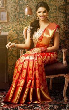 Buy Pure Kanjivaram silk sarees online @ best price from kanchi sarees makers. Our collections - Kanchipuram silk sarees, Kanchi pattu, Bridal kanjivaram sarees SILK Certified Kerala Wedding Saree, Indian Bridal Sarees, South Indian Sarees, Wedding Silk Saree, Kerala Bride, Set Saree Kerala, Designer Sarees Wedding, Wedding Saree Blouse Designs, Hindu Bride