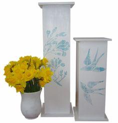Kolumny na kwiaty, świece. Dekoracje powstały z myślą o Kominku do zawieszenia na ścianie, razem tworzą całość dekoracji.