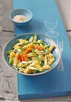 Perfekt für den Frühling: Pasta mit grünem Spargel und Karottenstreifen