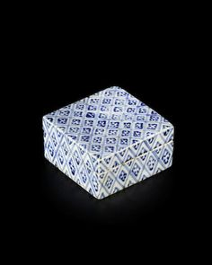A small blue and white decorated porcelain box and cover Joseon Dynasty (1392-1897), 19th century