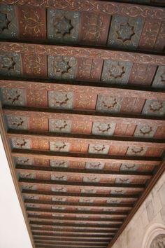 artesonado mudejar House Near Waterfall, Ceiling Medallions, Stairs Design, Wood Art Projects, Ceiling Design, Roof Design, Painted Ceiling, Painted Ceiling Beams, Decorative Painting
