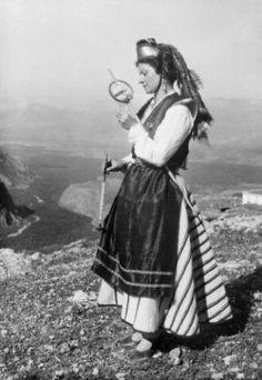 """(Nelly's)Femme en costume traditionnel grec lors des deuxièmes """"fêtes delphiques""""mai 1930 Bohemian, 1930, Mai, Style, Fashion, Greek Dress, Women In Suits, Swag, Moda"""