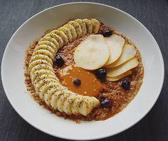Bom dia com um pequeno almoço especial: papas de cacau e laranja com banana pera mirtilos e manteiga de amendoim  De-li-ci-o-sas! Um bom domingo