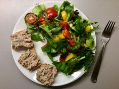 Kešu-mandlový kynutý chléb s pečínkovou paštikou, zeleninový salát s olivovým olejem