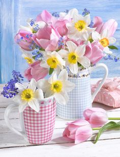 Pretty checked mugs of flowers. Beautiful Flower Arrangements, My Flower, Pretty Flowers, Floral Arrangements, Ikebana, Floral Bouquets, Daffodils, Pansies, Spring Flowers