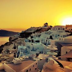 Fact: there is no #sunset like a #Santorini sunset. Photo by @icarus_and_the_sun. Thanks for sharing by using #travelzoo. #Oia #traveltuesday #Greece