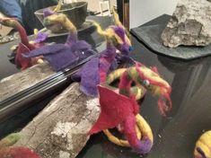 Dragons en laine feutrée , montés sur tranche de bois , un magnifique Souvenirs de Dragonie :) Needle Felting, Dragons, Organization, Decor, Wool Felt, Woodwind Instrument, Getting Organized, Organisation, Decoration