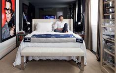 O arquiteto Fabio Morozini aproveita o conforto de seu quarto, que tem criados-mudos com nicho para livros. Na frente, ele projetou uma vitrine para exibir sua coleção de carrinhos