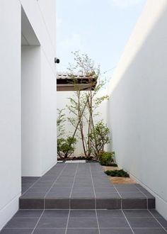 玄関ポーチ(コートハウス)- 玄関事例|SUVACO(スバコ) Entrance Design, Entrance Gates, Arch House, House Front, Patio Interior, Interior Exterior, Muji Home, Zen Garden Design, Minimal Home