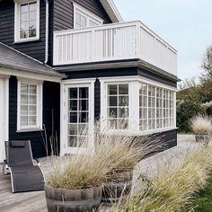 Det her sommerhus er endnu smukkere indeni  Link i profil #dansksommer #sommerhus #tisvilde #scandinavianliving #sol #dansk #lykke