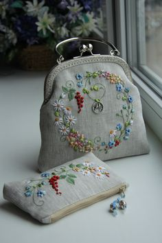 Wonderful Ribbon Embroidery Flowers by Hand Ideas. Enchanting Ribbon Embroidery Flowers by Hand Ideas. Embroidery Purse, Silk Ribbon Embroidery, Hand Embroidery Designs, Embroidery Applique, Embroidery Stitches, Vintage Purses, Vintage Bags, Lace Beadwork, Frame Purse