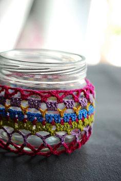 Crochet covered jar ༺✿ƬⱤღ  http://www.pinterest.com/teretegui/✿༻