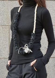 NOUVEAU collier en cuir véritable Extravagant noir et blanc  Long accessoire à la main en cuir et perles... élégante combinaison de noir et blanc :)  Collier UNIQUE extraordinaire, Chic, élégant, asymétrique  Vous pouvez le porter bien des égards... avec des styles différents et des humeurs, mais toujours l'un des types!   Vous pouvez le porter avec des robes, tuniques, tops, il est approprié pour la vie de tous les jours et partie:)  Soyez Original et UNIQUE et oser porter..,    Si vous…