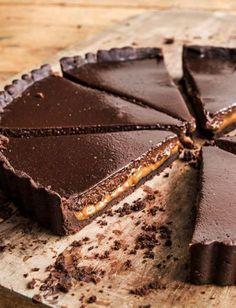 Chocolate-Dulce de Leche Tart from David Lebovitz' cookbook, My Paris Kitchen.this looks so delicious Party Desserts, Just Desserts, Dessert Recipes, Bakery Recipes, Kitchen Recipes, Sweet Pie, Sweet Tarts, Cupcakes, Cupcake Cakes