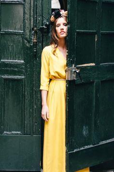 Look de invitada en mostaza, vestido largo y tocado de @mimokishop