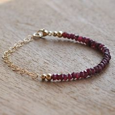 He encontrado este interesante anuncio de Etsy en https://www.etsy.com/es/listing/178749206/ruby-bracelet-beaded-with-gold-filled