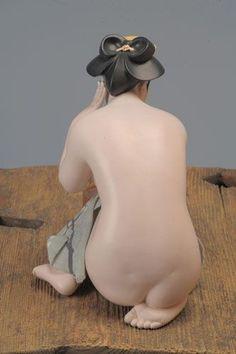 平田郷陽 人形 「おしろい」