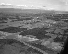 Vue aérienne de Sainte-Foy en 1952. De nombreux lots situés le long du boulevard Laurier sont alors en friche, mais plus pour longtemps. On remarque à gauche le rond-point aménagé au début des années 1950. De nos jours, on y trouve un échangeur autoroutier.