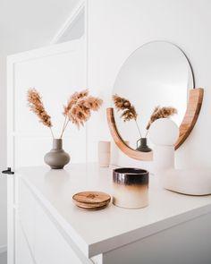 #FONQINHUIS| Zo staat fonQ bij anderen in huis! Laat je inspireren door het mooie interieur van onze klanten. Neem een kijkje in het huis van @casabinus! Dit fijne hoekje heet niet alleen een frisse look, maar ruikt ook nog eens heerlijk door de Fresh Cotton geurkaars van HKliving. Geef jouw huis ook wat fonQ! #interieur #interieurinspiratie #interieurideeën #woonaccessoires #hkliving New Homes, Ceramics, Fresh, Mirror, Ideas, Living Room, Home Decor, Yurts, Home
