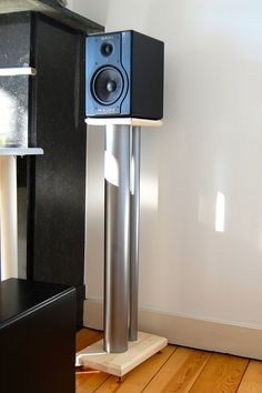 DIY speaker stands made from wood and PVC pipes filled with sand. 11kg per peace.  Pieds DIY imitation NorStone Stylum 2 pour enceintes M-audio BX5a