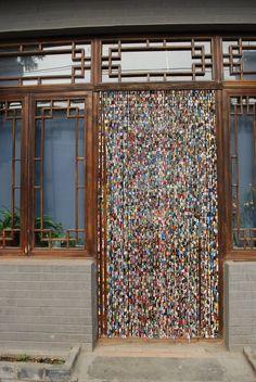 cortina para puerta con revistas recicladas