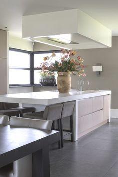 Modern keukeneiland met woonaccessoires | keuken design | kitchen ideas | Hoog.design