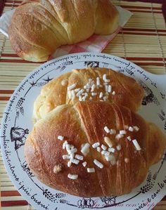 I cornetti semplici bimby sono un'alternativa ai classici croissants fatti con il metodo classico per la sfogliatura. Semplici da preparare e deliziosi...
