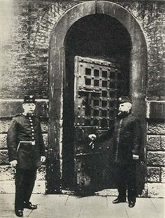 Newgate Prison In the 19 th century, prisons were genuinely repellent places where prisoners were treated the way criminals should be, or were they? Victorian Prison, Victorian Era, Victorian Street, Antique Photos, Old Photos, Vintage Photographs, Vintage Photos, Victorian Crime And Punishment, Prison Life