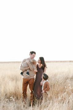 Family outfit inspiration, browns and neutrals Jessica Haderlie >> Lifestyle Family Photographer Family Photography Outfits, Outdoor Family Photography, Family Picture Outfits, Family Photo Sessions, Family Posing, Family Portraits, Lifestyle Family Photography, Children Photography, Family Photoshoot Ideas