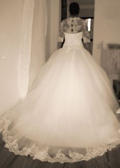 Ein Traum aus Tüll und Spitze war das Brautkleid von Canan: Die Korsage mit Spitzenärmeln wurde durch Knöpfe im Rücken geschlossen. Der weite Tüllrock hatte am Saum eine zarte Borte. Danke, Canan, es war eine Freude dein Prinzessin Hochzeitskleid zu realisieren!