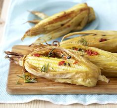 These cheese-flavoured corn on the cobs are a treat for family and friends and taste delicious cooked on an open braai. South African Recipes, Cooking Classes, Vegetable Dishes, Soul Food, I Foods, Romantic Recipes, Vegetarian Recipes, Cheese, Dinner
