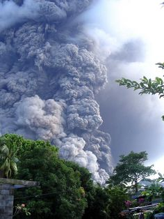 A file photo shows Tavurvur volcano erupting, sending ash and rocks over the devastated city of Rabaul in Papua New Guinea, 07 October 2006 (AFP Photo/Bruce Alexander)