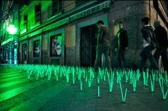 Herbe lumineuse du collectif madrilène Luzinterruptus