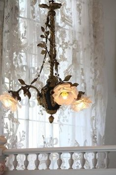 Chic chandelier in front of shabby lace curtain. Cocina Shabby Chic, Shabby Chic Cottage, Shabby Chic Homes, Shabby Chic Style, Shabby Chic Decor, Cozy Cottage, Chandelier Bougie, Chandeliers, Chandelier Lighting