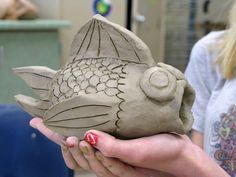 Ceramic Art Projects for Elementary Students - Bing images Clay Projects For Kids, Kids Clay, Middle School Art Projects, Clay Fish, Pottery Classes, Ceramics Projects, Sculpture Clay, Art Classroom, Art Plastique