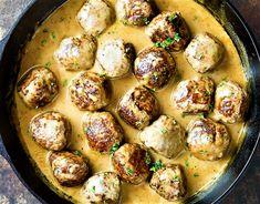 A húsgombócok midig tudnak valami újat nyújtani. Lehet így is, úgyis elkészíteni. Olaszosan, svédesen, lehet paradicsomszósszal vagy épp tejszínesen. A lényeg azonban az, hogy mindig egy csodás, aromákban gazdag ízvilágú étel lesz. Lehet tésztával, sült krumplival tálalni, de ehhez a verzióhoz…