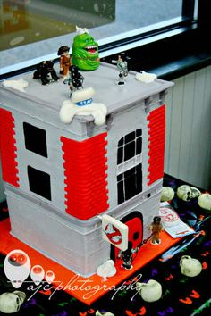 Idea- Movie reel on top? clock tower/firehouse/phone booth(bill ted)/ night of the creeps frat house or monster squad building Ghostbusters Cake, Ghostbusters Birthday Party, Ghostbusters Firehouse, 5th Birthday Party Ideas, Birthday Cakes, 12th Birthday, Die Geisterjäger, Dad In Heaven, Superman Cupcakes