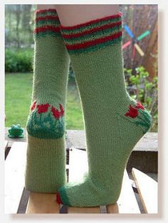 Tip Toe Through the Tulips Socks - Free knitting pattern Crochet Socks, Knit Mittens, Knit Or Crochet, Knitting Socks, Free Knitting, Knit Socks, Ravelry Crochet, Yarn Projects, Knitting Projects