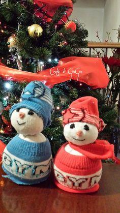 Snowmen made from  children's socks and dry pasta or rice . Pupazzi di neve fatte con calzini di bimbo e pastina o riso.