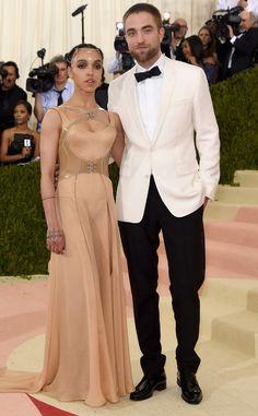 FKA Twigs et Robert Pattinson de Les couples et les BFF au gala du Met 2016  Après une absence médiatique depuis quelques temps, les fiancés refont surface à l'occasion du gala très glam.
