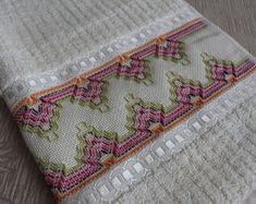 toalha-de-rosto-karsten-toalha Hand Embroidery Design Patterns, Huck Towels, Swedish Weaving Patterns, Swedish Embroidery, Bargello Needlepoint, Monks Cloth, Chicken Scratch, Bohemian Rug, Needlework