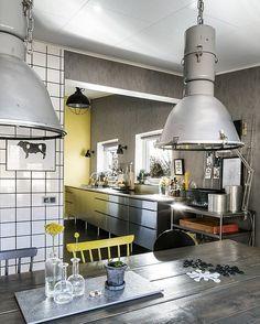 El #amarillo es el hilo conductor en todas las estancias de la vivienda que protagoniza el post de hoy.  No os lo perdáis  by etxekodeco